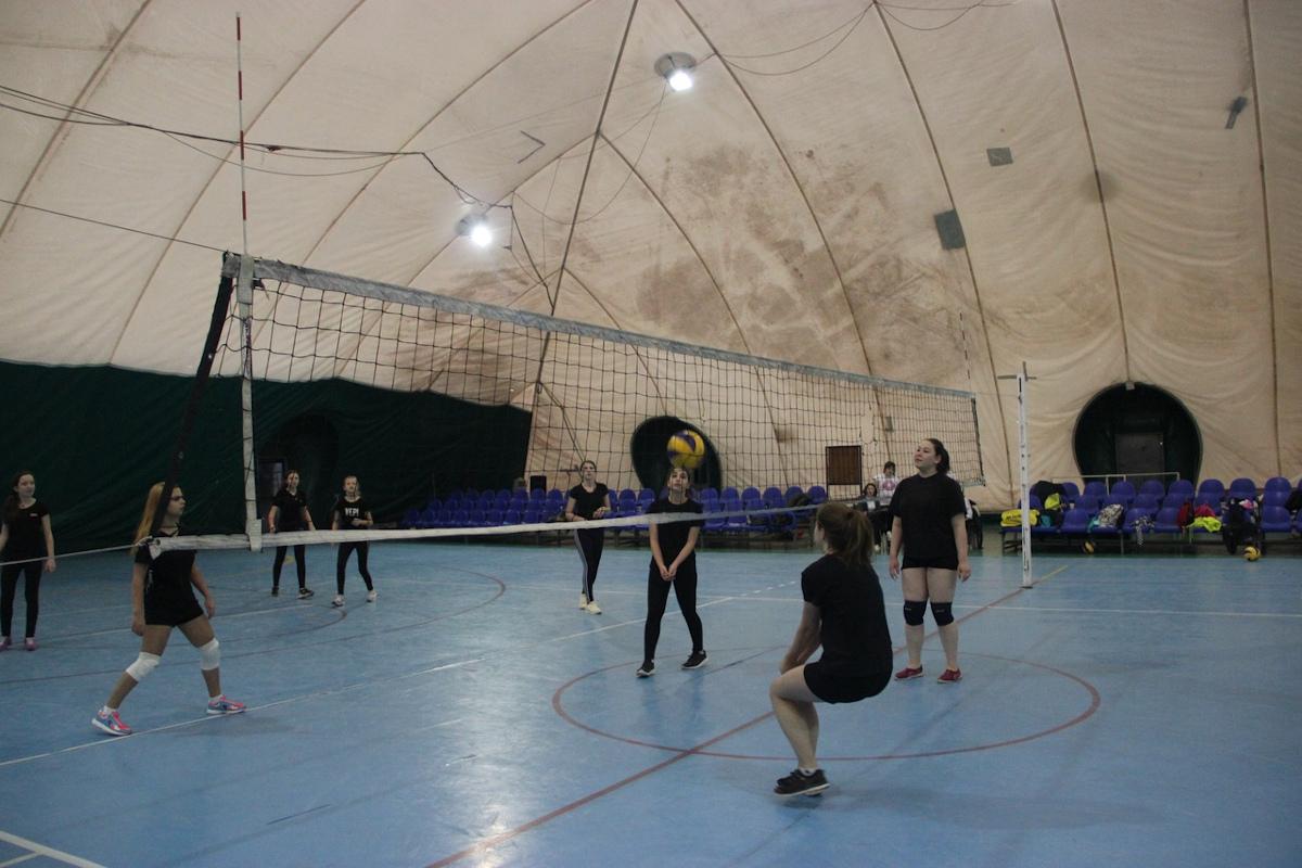 соревнования по волейболу среди девушек и юношей